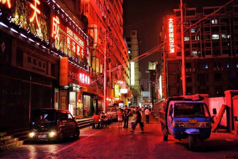 Plats för nattgatastad med starka neonljus fotografering för bildbyråer