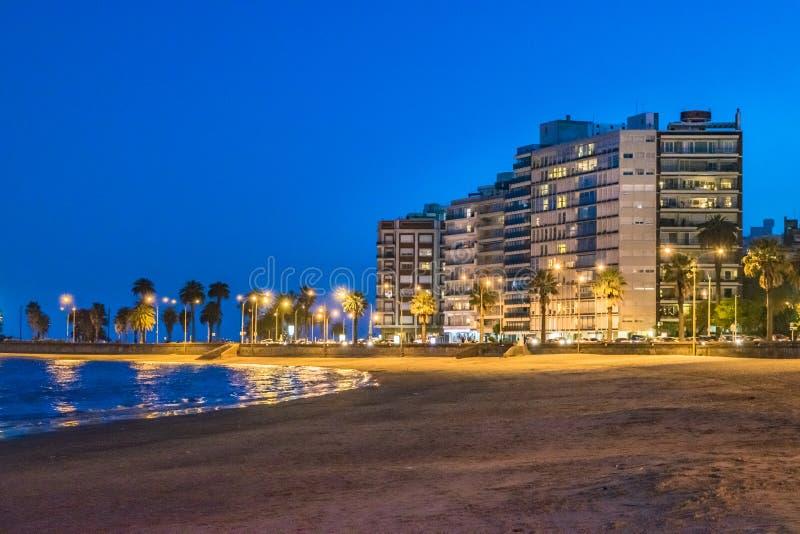 Plats för Pocitos strandnatt, Montevideo, Uruguay arkivbilder