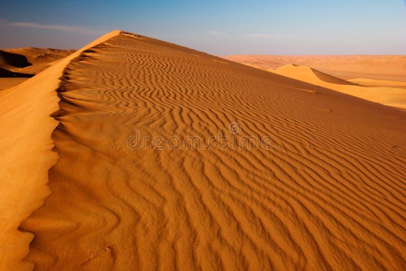 Plats för sanddyn Plats för sandvågor Varm ökenplats royaltyfri foto