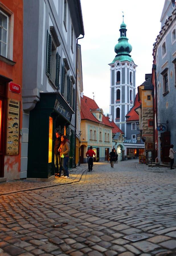 Plats för tyst gata på skymning i den gamla staden av Ceske Krumlov, Tjeckien arkivfoton