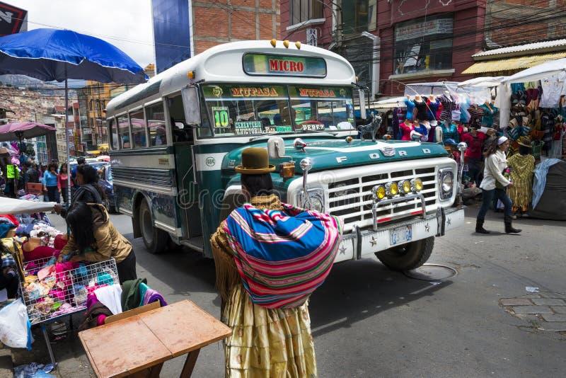 Plats för upptagen gata med en buss och ett folk i staden av La Paz, i Bolivia royaltyfri foto
