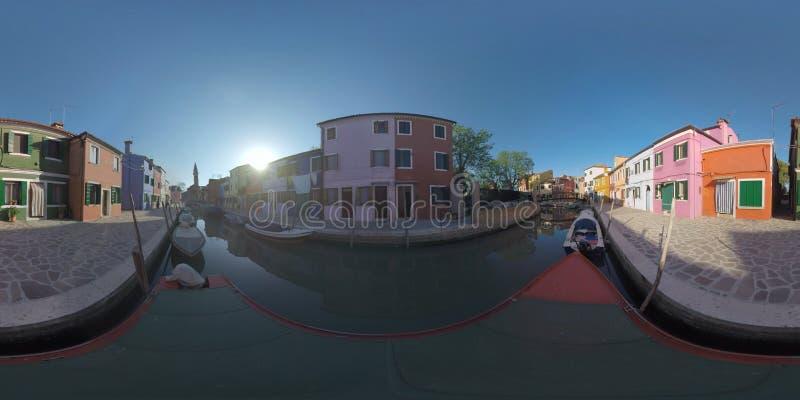 ?plats f?r 360 VR Burano med det traditionella hus-, kanal- och klockatornet italy royaltyfri bild