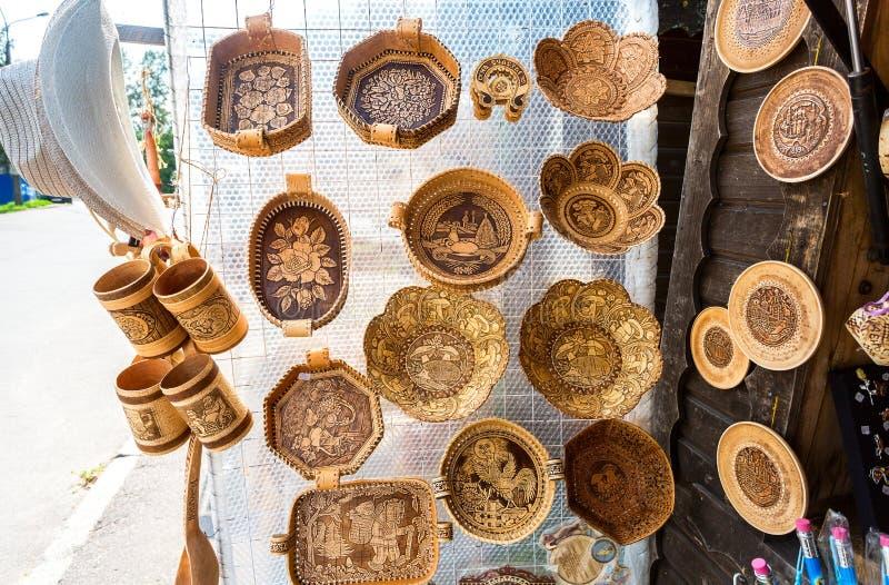 Plats faits de formes et modèles d'écorce de bouleau divers photo stock