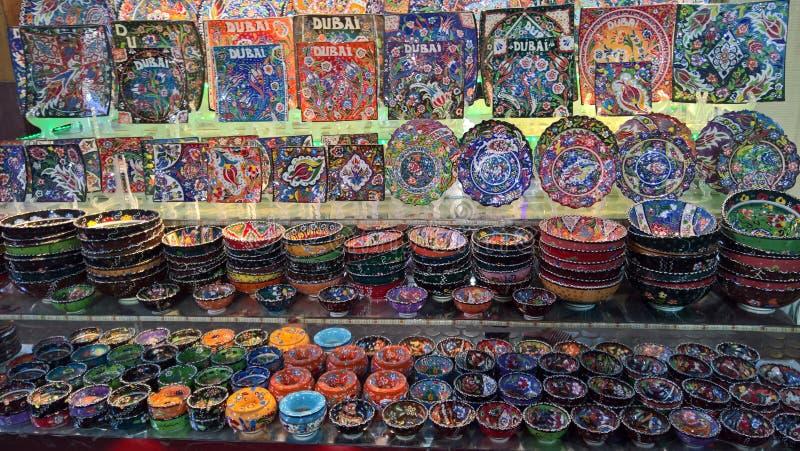 Plats faits main colorés de l'Arabie images stock