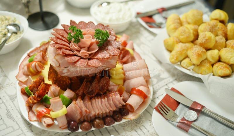 Plats gastronomiques, table, coupes froides photographie stock libre de droits
