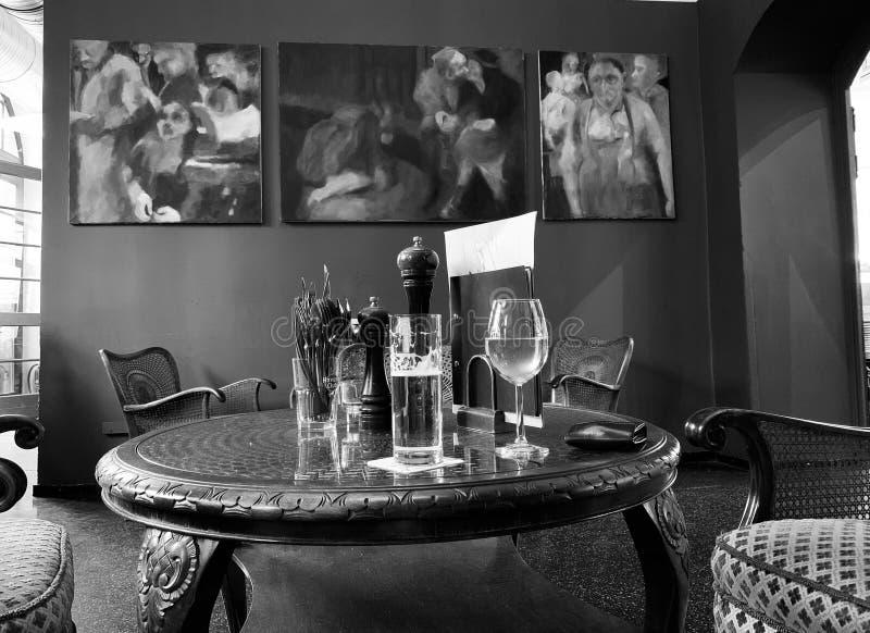 Plats i ett kafé med antikt möblemang och konst royaltyfri fotografi