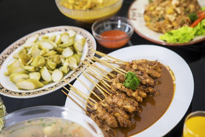 Plats indonésiens traditionnels assortis sur la table photo stock