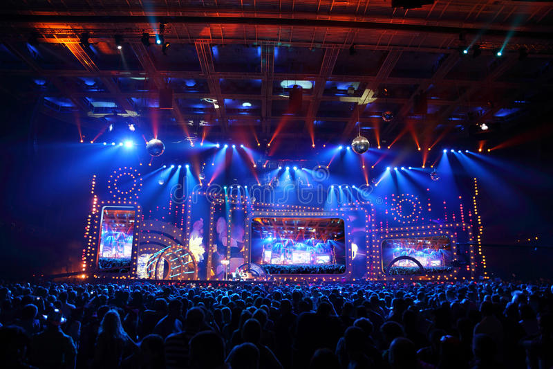 Plats med stor skärm under konsert royaltyfri bild