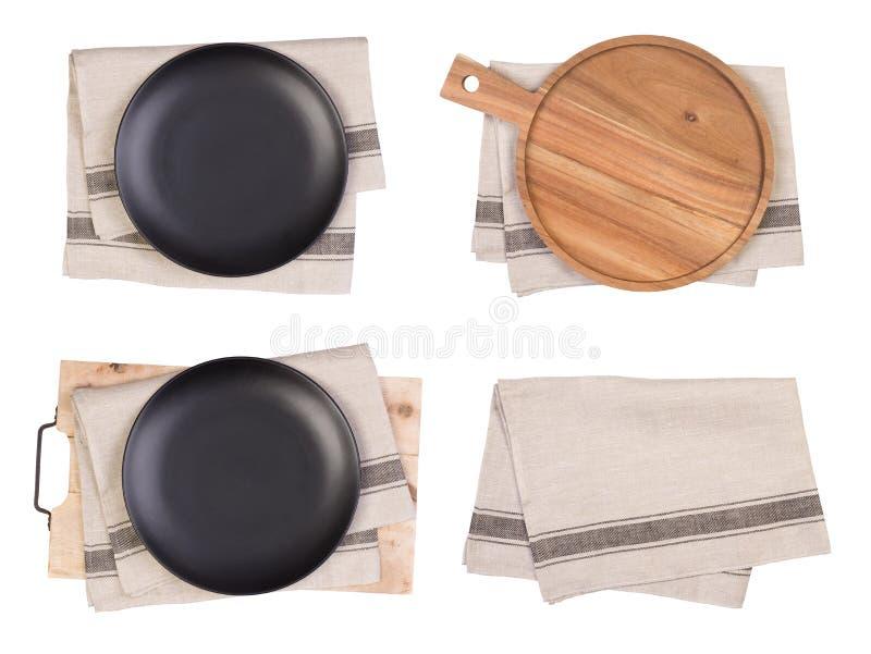 Plats noirs, planches ? d?couper et serviettes de th? d'isolement sur le fond blanc, vue sup?rieure photos libres de droits