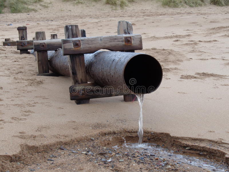 Plats på strandvattenflöde på sjösidan arkivbild
