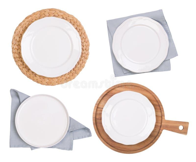 Plats, planches à découper blanches et serviettes d'isolement sur le fond blanc, vue supérieure image stock