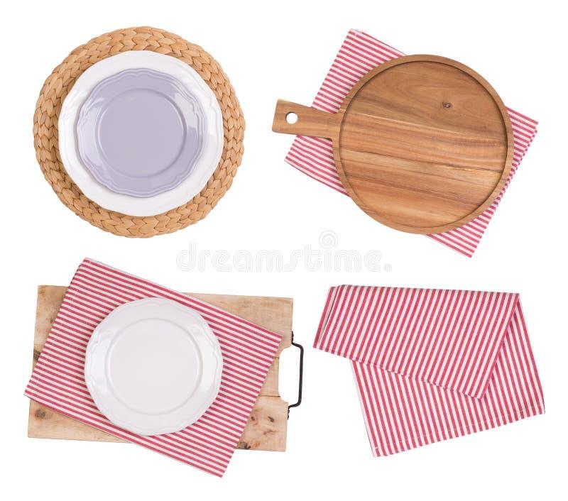 Plats, planches à découper et serviettes d'isolement sur le fond blanc, vue supérieure image stock