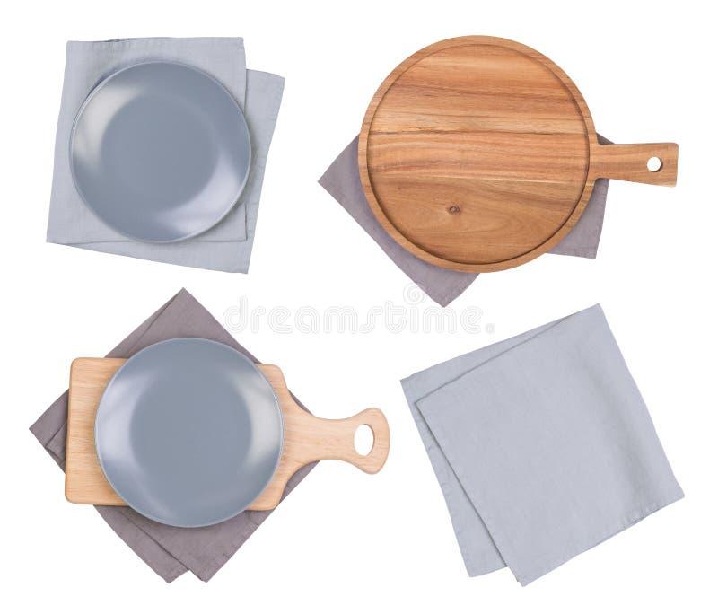 Plats, planches à découper grises et serviettes d'isolement sur le fond blanc, vue supérieure photographie stock