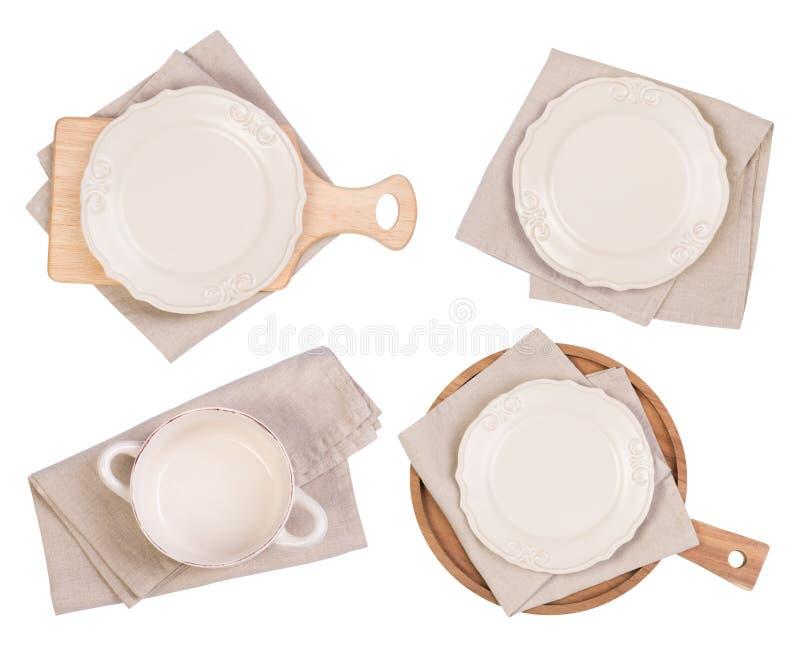 Plats, planches ? d?couper blanches et serviettes d'isolement sur le fond blanc, vue sup?rieure image libre de droits