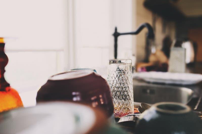 Plats propres dans la cuisine moderne Plats, verres et vaisselle de lavage photos stock