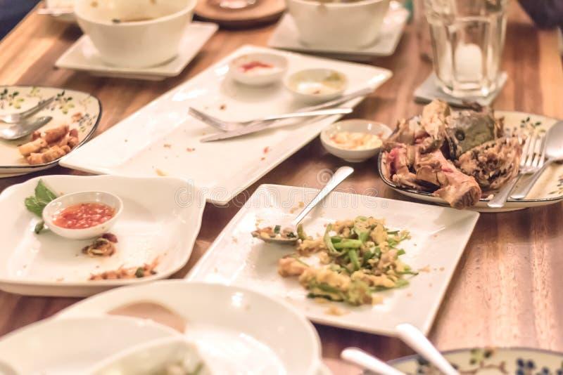 Plats sales après dîner de beaucoup de personnes image stock