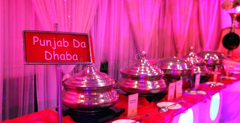 Plats spéciaux de Punjabi dans une cérémonie de mariage image libre de droits
