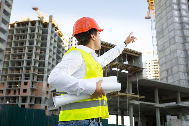 Platschef som kontrollerar byggnadsplatsen under konstruktion royaltyfria bilder