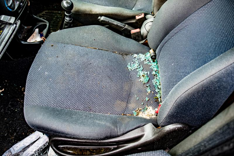 Platsen av en vandaliserad bil med brutet slagit exponeringsglas som täcker platsen arkivfoton