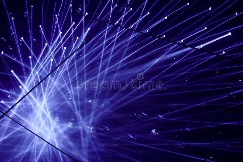 Platsen som är upplyst vid strålkastare, slösar strålar av ljus Reflexionsgolvspegel arkivbild