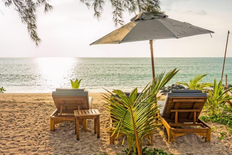 Platser för strandparaply och sunbathpå Pak Weep sätter på land i aftonen royaltyfri fotografi