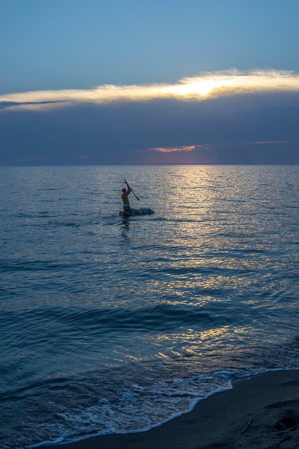 Platser från havet, sandig strand på solnedgången arkivfoto