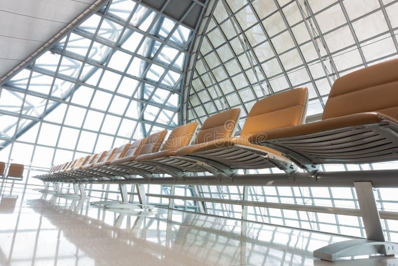 Platser inom passagerarekorridoren på flygplatsen arkivbild