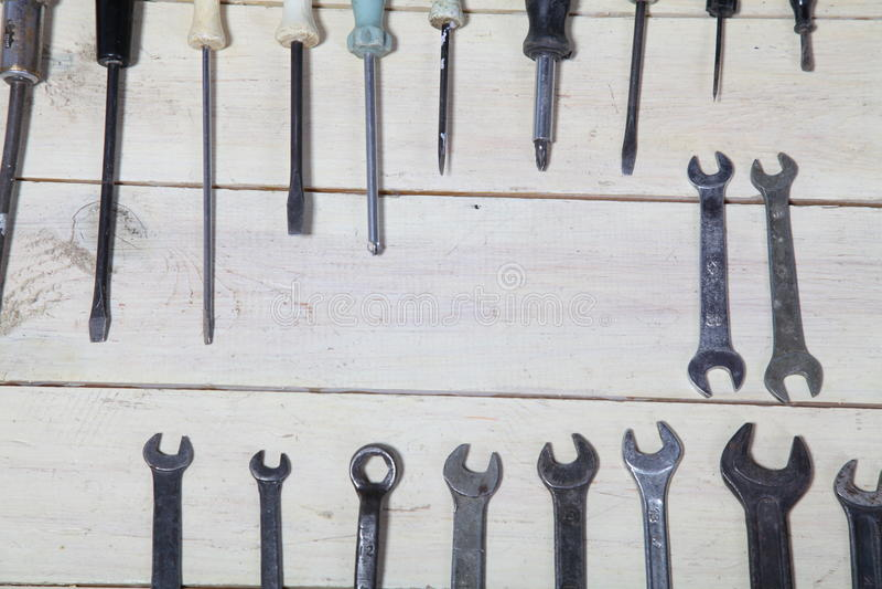 Plattång för hjälpmedel för reparation för konstruktionshammareskruvmejsel på brädena arkivbild