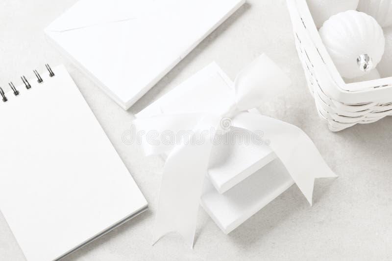 Platt Lay Closeup of White Jul Presents with a cornaments, a note pad and kuvert arkivfoto