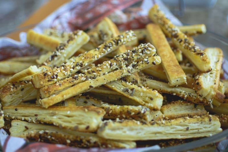 Platta av brödpinnar som är hemlagade med vallmofrö och parmesan arkivfoton