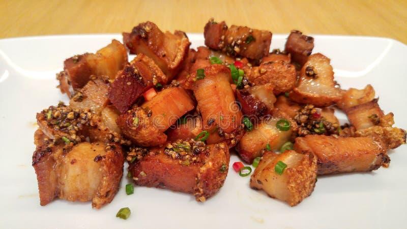 Platta av djupa Fried Crispy Pork Belly Cooked med vitlök- och pepparsås royaltyfri fotografi