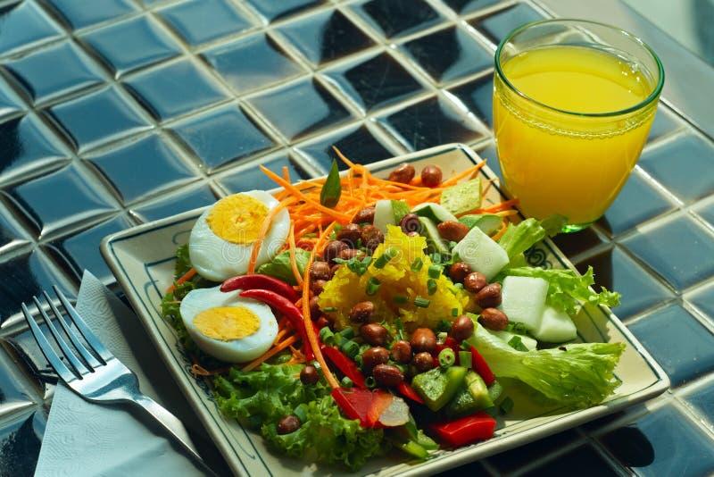 Platta av färgrika grönsaker och den kokta äggnärbilden royaltyfri fotografi