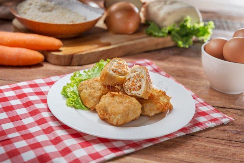 Platta av fiskbollar på tabellen i restaurang royaltyfri foto