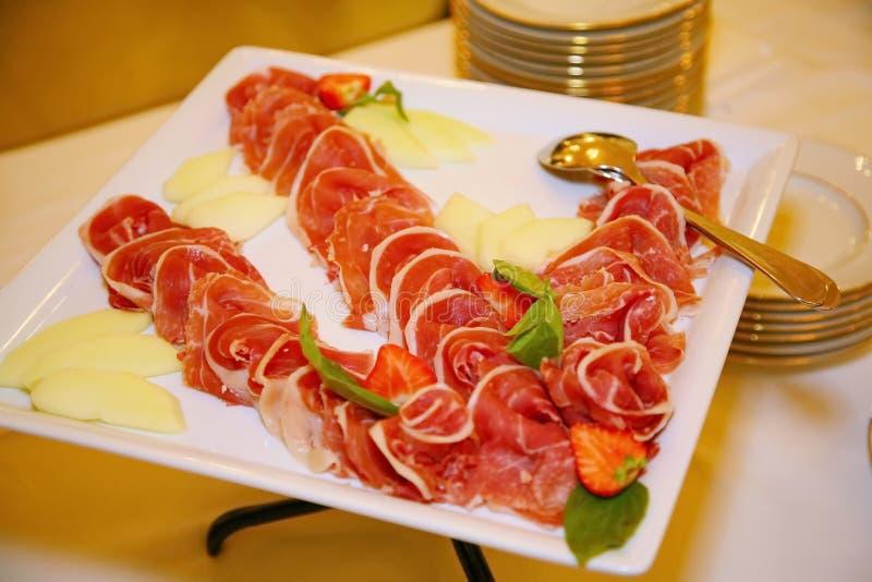 Platta av kalla kött i restaurangen Köttmellanmål Rökt korv och bacon, arkivbild