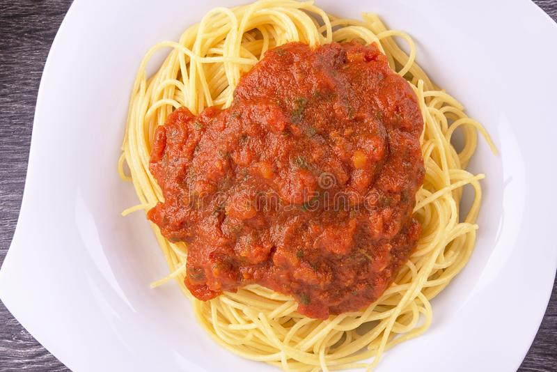 Platta av lagad mat spagettipasta Top beskådar royaltyfri bild