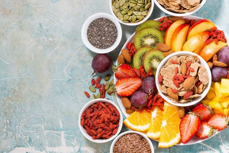 platta av nya säsongsbetonade frukter och superfoods royaltyfria bilder