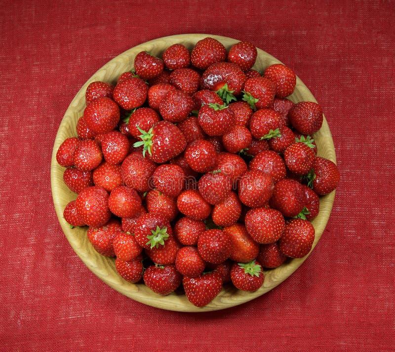 Platta av nya strawberies Vitaminer bantar, hälsa royaltyfri bild