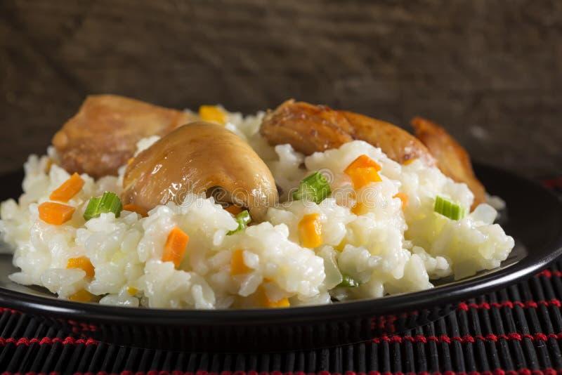 Platta av ris med stekt kyckling och grönsaker arkivfoto