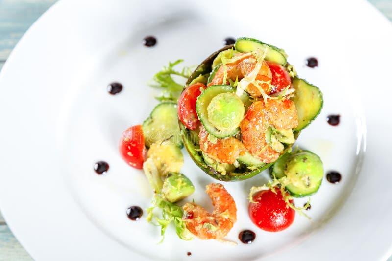 Platta av sallad med räkor, avokadot och tomater royaltyfri fotografi