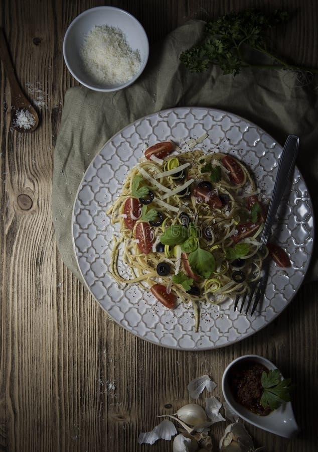 Platta av spagetti på trätabellen royaltyfria bilder