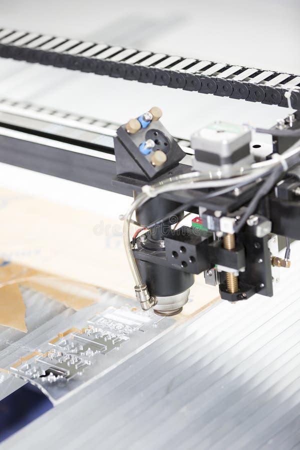 Platta för akryl för klipp för bitande maskin för CNC-laser royaltyfri bild