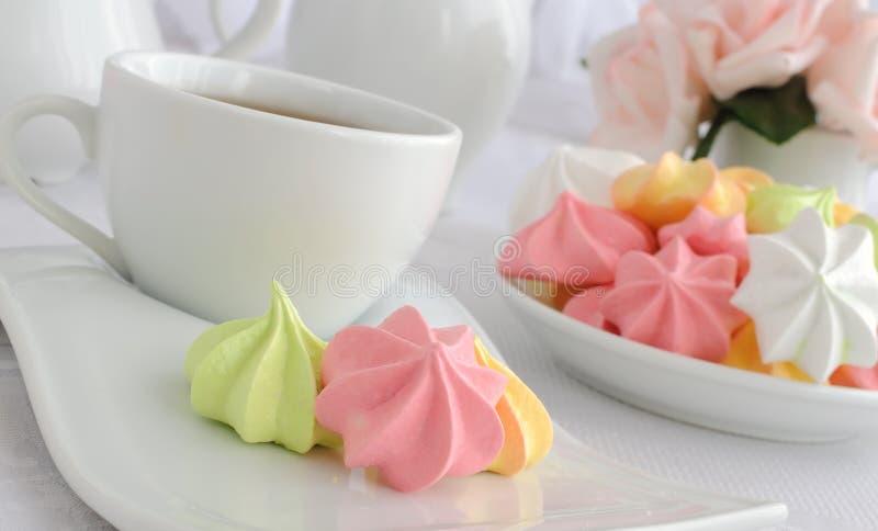 platta för maräng för kaffekakakopp royaltyfria foton