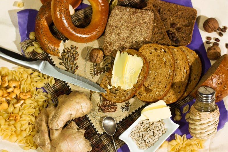 Platta f?r tr? f?r k?k f?r helt kornbr?d p?lagd Nytt br?d p? tabelln?rbild Nytt bröd på köksbordet sunt äta arkivbilder