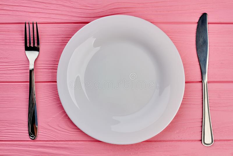 Platta, gaffel och kniv på tabellen arkivbilder