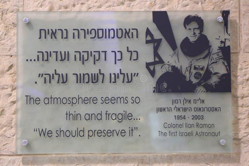Platta i minne av den första israeliska astronautet Colonel Ilan Ramon på Ben Gurion International Airport arkivfoton