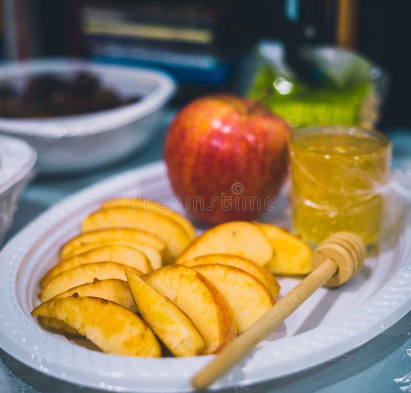 Platta med äpplet och honung för beröm arkivfoto