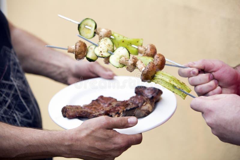 Platta med biff- och grönsaksteknålen fotografering för bildbyråer