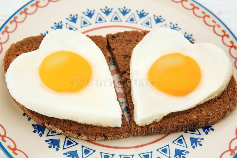 Platta med den läckra soliga sidan upp ägg och brödskivor royaltyfria foton