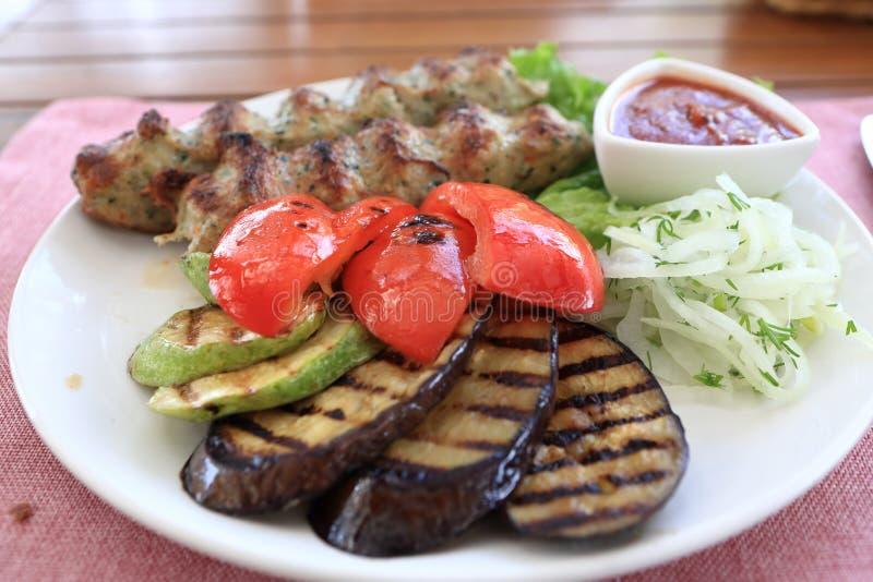 Platta med kebab och grillade grönsaker royaltyfria foton