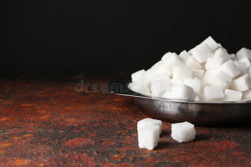 Platta med kuber för förädlat socker på tabellen arkivfoton